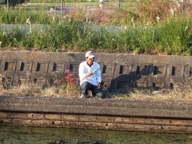 琵琶湖オカッパリで釣り、長谷川パパ.JPG