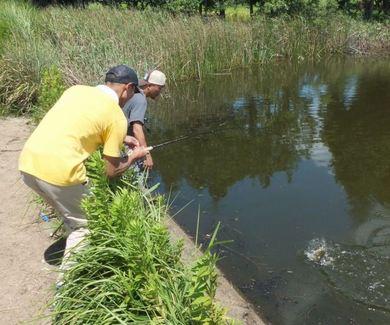 釣れる野池でヒット.JPG